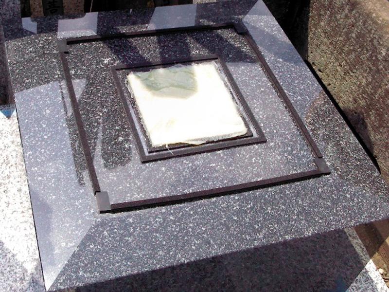 新設墓石の耐震施工中